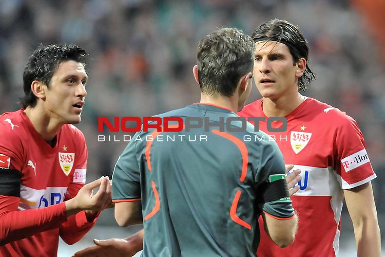 FBL 2008/2009 24. Spieltag Rueckrunde<br />  Werder Bremen - VFB Stuttgart<br /> <br /> Ciprian Marica (VFB #09) G&uuml;nter Perl (  Schiedsrichter /  Referee) und Mario Gomez (VFB #33)<br /> <br /> Foto &copy; nph (nordphoto )