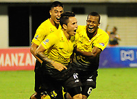 BARRANCABERMEJA - COLOMBIA, 31-10-2017:  Roger Torres (C) jugador de Alianza Petrolera celebra el segundo gol de su equipo anotado a Deportivo Cali durante encuentro fecha 18 de la Liga Aguila II 2017 disputado en el estadio Daniel Villa Zapata de la ciudad de Barrancabermeja.  / Roger Torres (C) player of Alianza Petrolera celebrates after scoring the second goal of his team to Deportivo Cali during match for the date 18 of the Aguila League II 2017 played at Daniel Villa Zapata stadium in Barrancabermeja city. Photo: VizzorImage / Jose Martinez / Cont