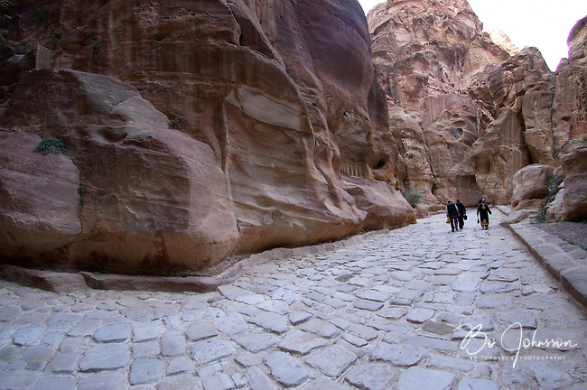 A relaxed walk home thru As-Siq, the 1200 meter long gorge creating the ancient entrance to Petra. The soaring cliffs are up to 80 meters high and falcons are hunting high above. During the walk the visitor will be able to enjoy many things typical of the stunning beauty of Petra; strange geological formations, colorful odd-shaped cliffs, water channels cut into the rock, dams and votive-niches carved into the rock.<br />