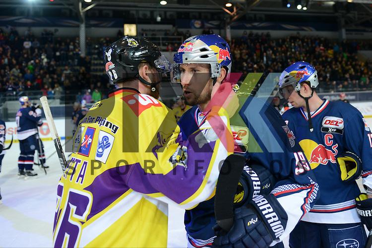 Im Bild Daniel PIETTA (86) (Krefeld Pinguine) und Francois M&Eacute;THOT (39) (EHC Red Bull M&uuml;nchen) beim Shake Hands.  im Spiel der DEL, Red Bull Muenchen - Krefeld Pinguine.<br /> <br /> Foto &copy; P-I-X.org *** Foto ist honorarpflichtig! *** Auf Anfrage in hoeherer Qualitaet/Aufloesung. Belegexemplar erbeten. Veroeffentlichung ausschliesslich fuer journalistisch-publizistische Zwecke. For editorial use only.