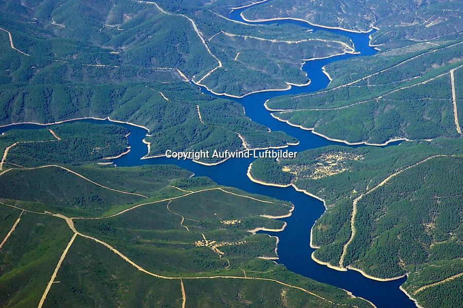 Landschaft der Provinz Soria: SPANIEN, KASTILIEN LEON, SORIA, 03.08.2016: Landschaft der Provinz Soria,<br /> Er entspringt in der Provinz Salamanca im Westen Spaniens. Am Ober- und Mittellauf fließt er durch sehr dünn bevölkerte Landstriche Kastiliens. Hinter Sotoserrano durchquert er in einem engen Tal den Naturpark Las Batuecas-Sierra de Francia. Am Mittellauf ist der Fluss in der Embalse de Gabriel y Galán aufgestaut (vom Stausee fast umschlossen auf einer Halbinsel die Geisterstadt Granadilla) und geht gleich darauf in den Stausee der Embalse de Valdebispo über. Etwa 50 Kilometer vor der Mündung fließt er an Coria vorbei, der einzigen Kleinstadt an seinem Lauf. Bei Alcántara in der Provinz Extremadura mündet er in den Tajo, wo beide Flüsse gemeinsam den Stausee der Embalse de Alcántara bilden.
