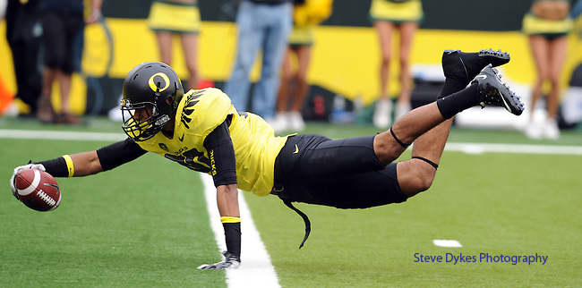 EUGENE, OR - OCTOBER 29: Wide receiver Lavasier Tuinei #80 of the Oregon Ducks dives into the end zone for a touchdown in the second quarter of the game against the Washington State Cougars at Autzen Stadium on October 29, 2011 in Eugene, Oregon. (Photo by Steve Dykes/Getty Images) *** Local Caption *** Lavasier Tuinei