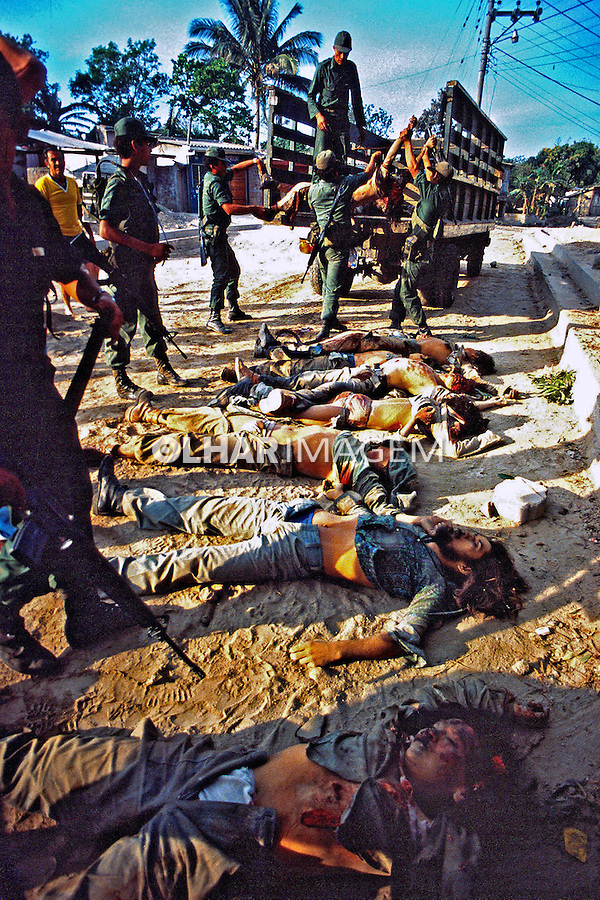 Guerrilheiros mortos na guerra civil de El Salvador. 1982. Foto de Juca Martins.