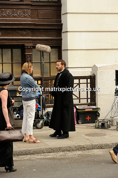 "NON EXCLUSIVE  PICTURE: MATRIXPICTURES.CO.UK.PLEASE CREDIT ALL USES..WORLD RIGHTS..American actor Jeremy Piven is spotted filming the new series of the ""Mr Selfridge"" period drama in London...MAY 6th 2013..REF: PSE 133018"