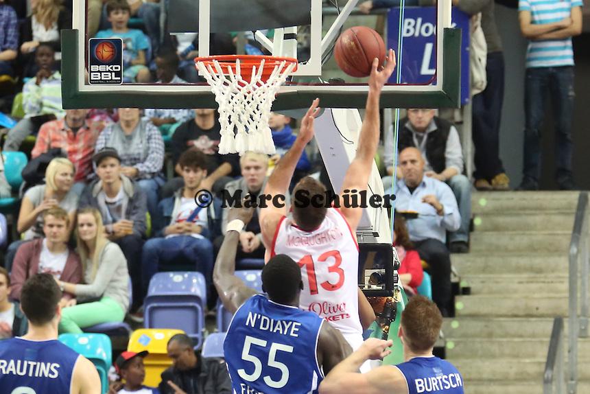 Chris McNaughton (Wuerzburg) setzt sich durch - Fraport Skyliners vs. s.Oliver Baskets Würzburg, Fraport Arena Frankfurt