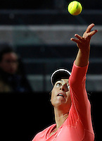 La russa Maria Sharapova al servizio contro la bielorussa Viktoria Azarenka durante gli Internazionali d'Italia di tennis a Roma, 15 maggio 2015. <br /> Russia's Maria Sharapova serves the ball to Belarus' Viktoria Azarenka during the Italian Open tennis tournament in Rome, 15 May 2015.<br /> UPDATE IMAGES PRESS/Riccardo De Luca
