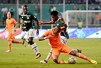 PALMIRA -COLOMBIA-05-11-2016. Jose D. Lloreda (Der) del Deportivo Cali disputa el balón con Faber Cañaveral (Izq) de Envigado FC durante partido por la fecha 19 de la Liga Águila II 2016 jugado en el estadio Palmaseca de Cali./ Jose D. Lloreda (R) player of Deportivo Cali fights for the ball with Faber Cañaveral (L) player of Envigado FC during match for the date 19 of the Aguila League II 2016 played at Palmaseca stadium in Cali.  Photo: VizzorImage/ NR /Cont