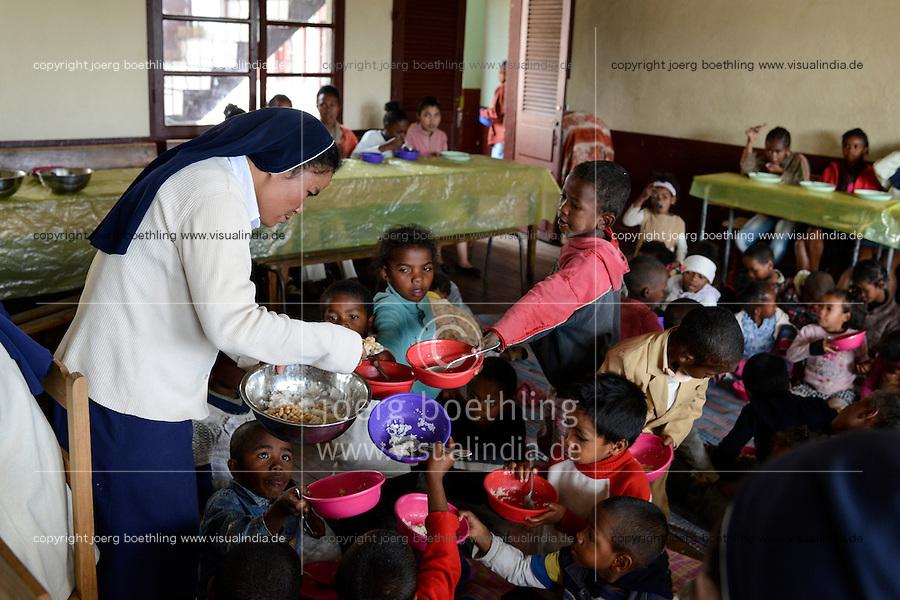 MADAGASCAR Antananarivo / MADAGASKAR Antananarivo, CENTER FIHAVANANA fuer Strassenkinder geleitet von den SCHWESTERN VOM GUTEN HIRTEN / SOEURS DU BON PASTEUR / GOOD SHEPHERD SISTERS, gemeinsames Essen vor dem Nationalfeiertag