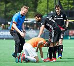 BLOEMENDAAL   - Hockey - Coen van Bunge bij Xavi Lleonart Blanco (Bldaal) en Valentin Verga (A'dam)  . 3e en beslissende  wedstrijd halve finale Play Offs heren. Bloemendaal-Amsterdam (0-3). Amsterdam plaats zich voor de finale.  COPYRIGHT KOEN SUYK