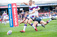 Picture by Allan McKenzie/SWpix.com - 08/04/2018 - Rugby League - Betfred Super League - Wakefield Trinity v Leeds Rhinos - The Mobile Rocket Stadium, Wakefield, England - Ryan Hampshire prevents Matt Parcell from touching down for a try.