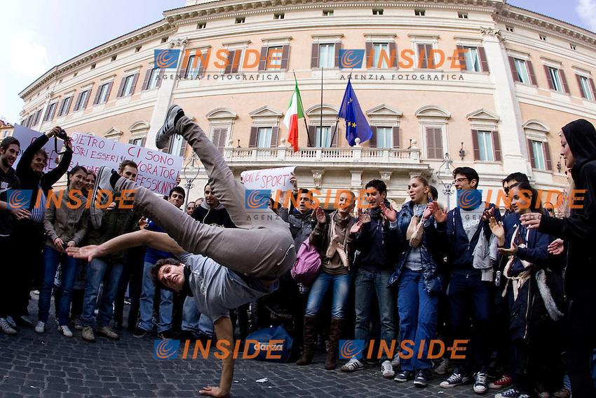 Ballerini danzano davanti a Palazzo Montecitorio...Manifestazione dei tecnici, coreografi, e maestranze della danza contro i tagli al Fondo Unico dello Spettacolo...Roma,Piazza Montecitorio,  23 Marzo 2011..Photo  Serena Cremaschi Insidefoto..........