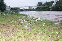 Piracicaba,SP - 23.12.14 - Rio de Piracicaba - Com as primeiras chuvas de verão o Rio de Piracicaba saltou de 47,42 m3/s para 365,43 m3/s e o rio antes em agonia agora respira novamente. Com a cheia a lixo também aparece nas margens. ( Mauricio Bento / Brazil Photo Press )