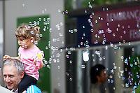 PORTO ALEGRE, RS, 02.11.2013 - FEIRA DO LIVRO DE PORTO ALEGRE - Movimentacao durante a 59 Feira do Livro de Porto Alegre na Praca da Alfandega na capital do Rio Grande do Sul neste sabado, 02. (Foto: Pedro H. Tesch / Brazil Photo Press).