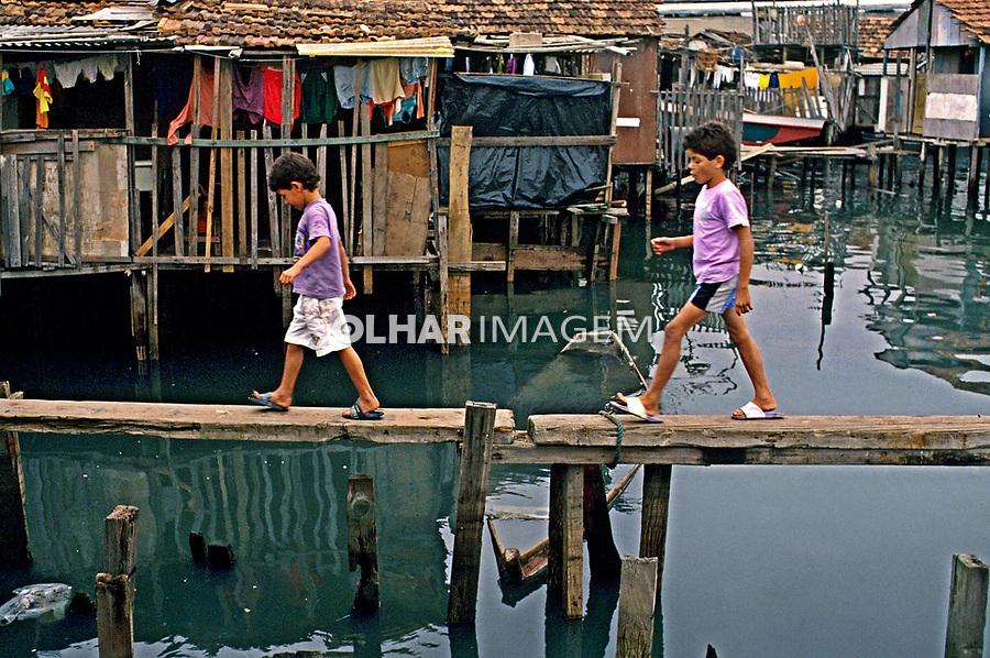 Crianças na Favela da Maré, Rio de Janeiro. 2000. Foto de Ricardo Azoury.