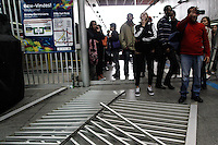 SÃO PAULO,SP,05.06.2014 - GREVE METRO - Usuarios invadem estação Itaquera na zona leste funcionarios do Metro estão em greve desde a 0h de hoje (05).(Foto Ale Vianna/Brazil Photo Press).