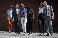 Berlin, Die Frau US-Praesidenten Barack Obama, Michelle (2.v.r.), Tochter Sasha (3.v.r.) und Malia (l.), Obamas Schwester Auma (m.), Joachim Sauer, Ehepartner von Bundeskanzlerin Angela Merkel (2.v.l.) und Axel Klausmeier, Direktor der Stiftung Berliner Mauer (r.), am Mittwoch (19.06.13) an der Gedenkstaette Berliner Mauer in Berlin. Foto: Maja Hitij/Commonlens