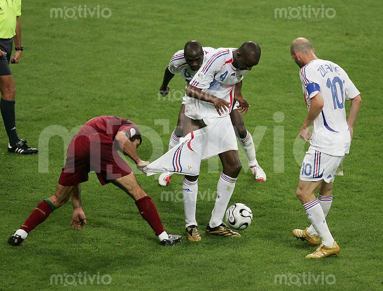 Fussball WM 2006 Halbfinale  Portugal - Frankreich Luis FIGO (POR,li) zieht Patrick VIEIRA (FRA,mitte) die Hose herunter - Zinedine ZIDANE (FRA,re) und Claude MAKELELE (FRA,hinten)