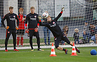 Torwart Felix Wiedwald (Eintracht Frankfurt) hat den Ball, Torwart Jan Zimmermann (Eintracht Frankfurt) sieht zu - 10.10.2018: Eintracht Frankfurt Training, Commerzbank Arena, DISCLAIMER: DFL regulations prohibit any use of photographs as image sequences and/or quasi-video.