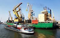 Haven van Rotterdam.  Kranen om de schepen te laden en te lossen