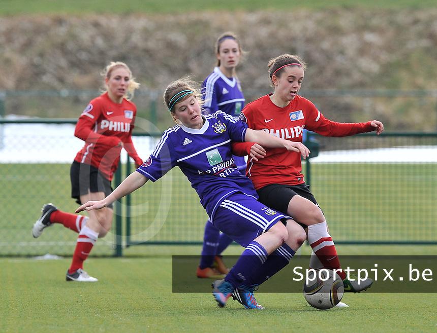 RSC Anderlecht Dames - PSV / FC Eindhoven : Laura Deloose aan de bal voor Jeslynn Kuijpers.foto David Catry / Vrouwenteam.be
