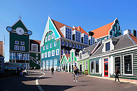 Nederland Zaandam 2015.  Het vernieuwde centrum van Zaandam. Winkels bij de ingang van het station en het Stadhuis