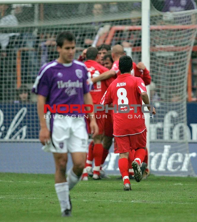 RLN 2006/2007 -  14. Spieltag, Hinrunde, Osnatel-Arena.<br /> <br /> VfL OsnabrŁck - BSV Kickers Emden.<br /> <br /> Volkan Altin (Emden, r) und seine Mitspieler feiern den 2:1 FŁhrungstreffer, w&scaron;hrend Andreas Sch&scaron;fer (Osnabrueck, l) entt&scaron;uscht ist.<br /> <br /> Foto &copy; nordphoto