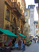 CHE, Schweiz, Tessin, Bellinzona (Altstadt): Marktstände in der Via Nosetta | CHE, Switzerland, Ticino, Bellinzona (Old Town): market stands at Via Nosetta