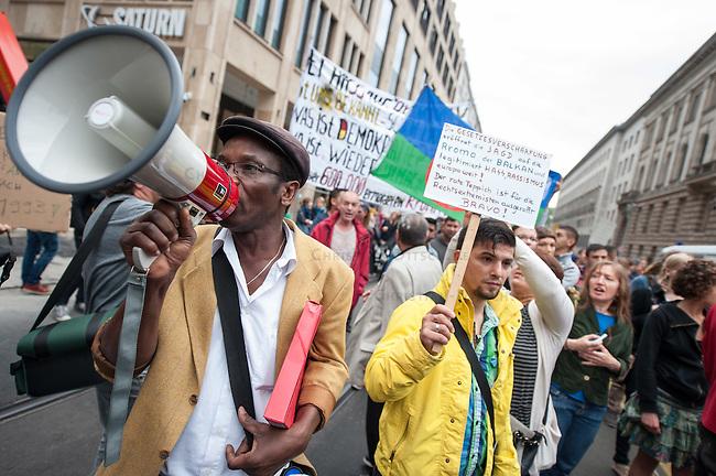 Mehrere hundert Menschen protestierten am Freitag den 19. September 2014 in Berlin vor dem Bundesratsgebaeude gegen die von der Bundesregierung geplante Verschaerfung des Asylrechts, nach der es vor allem fuer Roma keine Moeglichkeit mehr geben soll, in Deutschland Asyl zu beantragen. Mehrere Laender in Ost- und Suedeuropa sollen zu &quot;sicheren Herkunftsstaaten&quot; erklaert werden, obwohl es dort immer wieder Pogrome gegen Roma gibt. Als entscheidend fuer die Abstimmung gelten die Stimmen der Bundeslaender, in denen es eine Regierungsbeteiligung der Gruenen gibt. Das von den Gruenen regierte Baden-Wuertemberg hat seine Zustimmung zur Gesetzesverschaerfung schon vor der Abstimmung erklaert.<br /> 19.9.2014, Berlin<br /> Copyright: Christian-Ditsch.de<br /> [Inhaltsveraendernde Manipulation des Fotos nur nach ausdruecklicher Genehmigung des Fotografen. Vereinbarungen ueber Abtretung von Persoenlichkeitsrechten/Model Release der abgebildeten Person/Personen liegen nicht vor. NO MODEL RELEASE! Don't publish without copyright Christian-Ditsch.de, Veroeffentlichung nur mit Fotografennennung, sowie gegen Honorar, MwSt. und Beleg. Konto: I N G - D i B a, IBAN DE58500105175400192269, BIC INGDDEFFXXX, Kontakt: post@christian-ditsch.de<br /> Urhebervermerk wird gemaess Paragraph 13 UHG verlangt.]