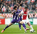 Nederland, Amsterdam, 22 april 2012.Seizoen 2011/2012.Eredivisie.Ajax-FC Groningen.Theo Janssen (r.) van Ajax en Hyun- Jun Suk (l.) van FC Groningen strijden om de bal