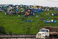 MAUÁ, SP, 13.11.2015- OCUPAÇÃO-SP - Cerca de 2500 famílias ocupam um terreno com 300 mil metros quadrados ás margens do Rodoanel em Mauá desde Maio de 2015. Segundo a Prefeitura mauaense, a área pertence à Dersa (Desenvolvimento Rodoviário S.A.) e à Petrobras, que já foram notificadas sobre a invasão. (Foto: Renato Mendes / Brazil Photo Press)