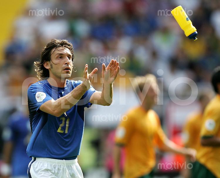 Fussball WM 2006 Achtelfinale in Kaiserslautern, Italien - Australien Andrea Pirlo (ITA) bekommt eine Wasserflasche zugeworfen.