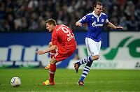 FUSSBALL   1. BUNDESLIGA   SAISON 2011/2012    15. SPIELTAG FC Schalke 04 - FC Augsburg            04.12.2011 Torsten OEHRL (li, Augsburg) gegen Christoph METZELDER (re, Schalke)