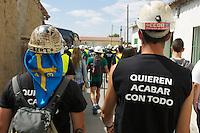 Bergarbeiterstreik in Spanien.<br />Am 5. Juli 2012 erreichten 200 Bergarbeiter mit dem &bdquo;Marcha Negra&ldquo; (der Schwarze Marsch) nach 14 Tagen und 381,7 Kilometer Marsch die Ortschaft Sanchidrian in der Provinz Avila. Am 11. Juli 2012 wollen die Mineros in Madrid eintreffen und vor das Wirtschaftsministerium gehen.<br />Mit dem Marcha Nagra und dem seit Mai andauernden Streik der Mineros soll die Regierung gezwungen werden, die Kuerzung von 64% der Bergbaufoerderung zurueck zu nehmen. Die Kuerzung bedeutet das Aus fuer den spanischen Bergbau und tausende Bergarbeiter sind von Arbeitslosigkeit bedroht.<br />5.7.2012, Sanchidrian/Spanien<br />Copyright: Christian-Ditsch.de<br />[Inhaltsveraendernde Manipulation des Fotos nur nach ausdruecklicher Genehmigung des Fotografen. Vereinbarungen ueber Abtretung von Persoenlichkeitsrechten/Model Release der abgebildeten Person/Personen liegen nicht vor. NO MODEL RELEASE! Don't publish without copyright Christian-Ditsch.de, Veroeffentlichung nur mit Fotografennennung, sowie gegen Honorar, MwSt. und Beleg. Konto:, I N G - D i B a, IBAN DE58500105175400192269, BIC INGDDEFFXXX, Kontakt: post@christian-ditsch.de.<br />Urhebervermerk wird gemaess Paragraph 13 UHG verlangt.]