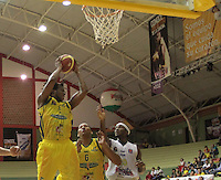 BUCARAMANGA -COLOMBIA, 11-06-2013. Reque Newsome (I) de Bambuqueros va por un balón perdido contra de de Búcaros durante el juego 4 de la final en la Liga DirecTV de baloncesto Profesional de Colombia realizado en el Coliseo Vicente Díaz Romero de Bucaramanga./ Reque Newsome (R) of Bambuqueros goes for a loose ball against Bucaros player Arteaga (L) during the game 4 of the final on DirecTV professional basketball League in at Vicente Diaz Romero coliseum in Bucaramanga. Photo: VizzorImage / Jaime Moreno / STR
