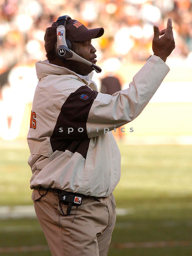 Romeo Crennel, of the Cleveland Browns, in action, during their game against the Miami Dolphins on November 20, 2005...Browns win 22-0..Chris Bernacchi / SportPics
