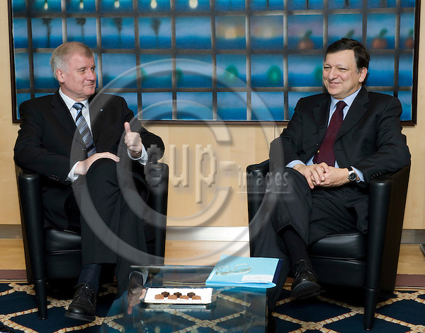 Brussels-Belgium, January 28, 2010 -- Jose (José) Manuel BARROSO (ri), President of the European Commission, receives Horst SEEHOFER (le), Minister-President of the Free State of Bavaria / Germany -- Photo: Horst Wagner / eup-images