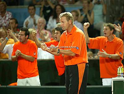 20030919, Zwolle, Davis Cup, NL-India, Coach Tjerk Bogtstra and players Sluiter van Lottum and Haarhuis support Verkerk