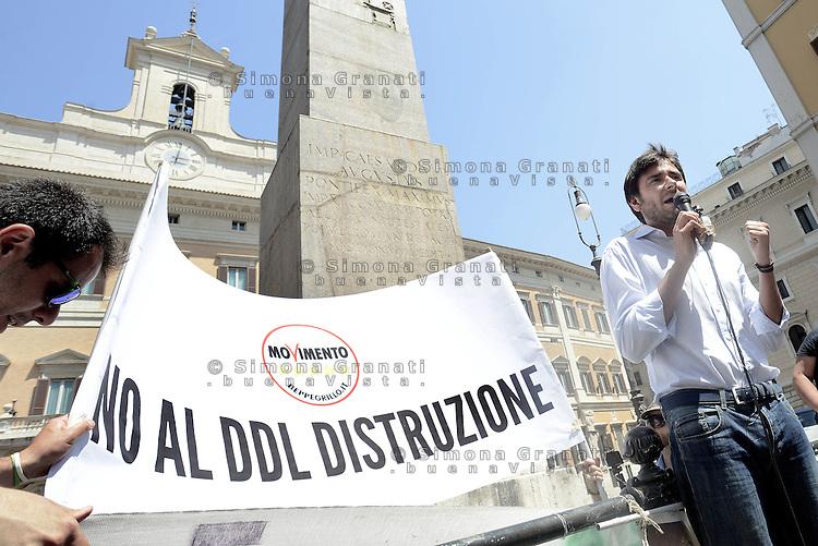 Roma, 19 Maggio 2015<br /> Alessandro Di Battista<br /> Protesta in Piazza Montecitorio del Movimento 5 Stelle contro il DDL scuola in discussione alla Camera