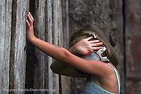 Incendio Forestal. Una niña en un pueblo cerca de Dumbria en la Costa da Morte se protege de la contaminacion del humo con una mascarilla