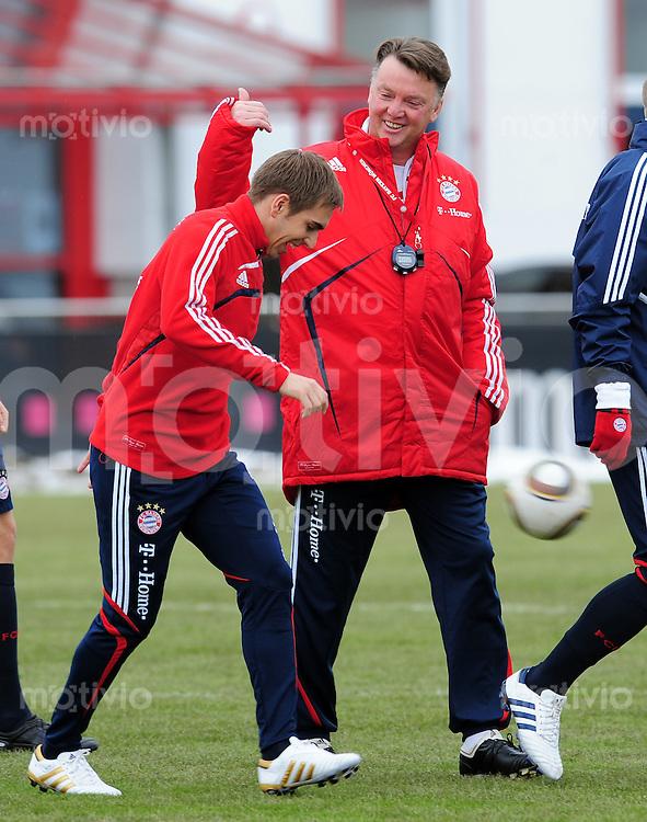 Fussball 1. Bundesliga :  Saison   2009/2010    Training beim FC Bayern Muenchen 22.02.2010 Trainer Louis van Gaal und  Philipp Lahm  (v. re, FCB)