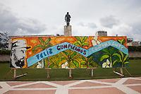 Cuba, Santa Clara, piazza della Rivoluzione, festa per l'87° compleanno di Fidel Castro 13 agosto 2013 , cartellone di augurio