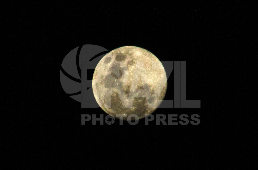 2012.07.02 - LUA CHEIA - Lua cheia é vista na noite desta segunda-feira(02) sobre o ceu de em São Paulo (Fotos: Amauri Nehn/Brazil Photo Press)