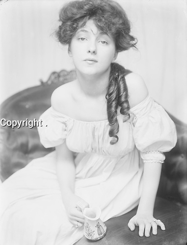 Evelyn Nesbit about 1900, at a time when she was brought to Gertrude K‰sebier's studio by Stanford White.<br /> <br /> (Florence) Evelyn Nesbit (December 25, 1884 ñ January 17, 1967) was an American artists' model and chorus girl, noted for her entanglement in the murder of her ex-lover, architect Stanford White, by her first husband, Harry Kendall Thaw.