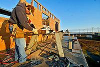 Construção de casa em Barrow. Alasca. 2007. Foto de Luciana Whitaker.