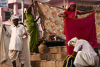 27.11.2008 Varanasi(Uttar Pradesh)<br /> <br /> Pilgrims drying their saris in the main ghat.<br /> <br /> Pelerins faisant sécher leurs saris sur le ghat principal.
