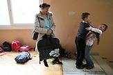 Sascha und Igor albern vor dem Tanztraining in ihrer Heimatstadt Riga herum .