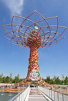 Milan 2 May 2015<br /> Expo 2015, tecnici al lavoro intorno all'Albero della Vita, simbolo dell'EXPO 2015<br /> Expo 2015, technicians at work around the Tree of Life, a symbol of EXPO 2015 <br /> Photo Livio Senigalliesi