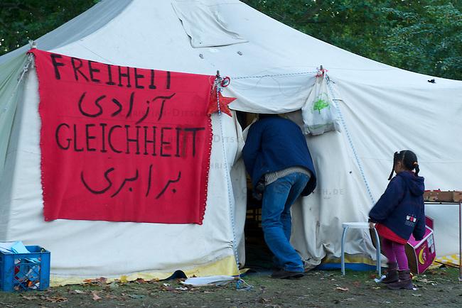 Fluechtlingscamp auf dem Oranien-Platz in Berlin Kreuzberg.<br /> Mehrere dutzend Fluechtlinge aus Deutschland campieren seit dem 6. Oktober 2012 auf dem Oranien-Platz in Berlin-Kreuzberg. Sie sind mit einem Marsch aus Sueddeutschland nach Berlin gekommen und fordern u.a. die Abschaffung der sog. Residenzpflicht, die von ihnen vorschreibt, dass sie sin nicht aus dem ihnen zugewiesenen Ort oder Landkreis entfernen duerfen. Bei Verstoss gegen die Residenzpflicht, kann unter Umstaenden die Abschiebung drohen.<br /> 10.10.2012, Berlin<br /> Copyright: Christian-Ditsch.de<br /> [Inhaltsveraendernde Manipulation des Fotos nur nach ausdruecklicher Genehmigung des Fotografen. Vereinbarungen ueber Abtretung von Persoenlichkeitsrechten/Model Release der abgebildeten Person/Personen liegen nicht vor. NO MODEL RELEASE! Nur fuer Redaktionelle Zwecke. Don't publish without copyright Christian-Ditsch.de, Veroeffentlichung nur mit Fotografennennung, sowie gegen Honorar, MwSt. und Beleg. Konto: I N G - D i B a, IBAN DE58500105175400192269, BIC INGDDEFFXXX, Kontakt: post@christian-ditsch.de<br /> Bei der Bearbeitung der Dateiinformationen darf die Urheberkennzeichnung in den EXIF- und  IPTC-Daten nicht entfernt werden, diese sind in digitalen Medien nach &sect;95c UrhG rechtlich geschuetzt. Der Urhebervermerk wird gemaess &sect;13 UrhG verlangt.]
