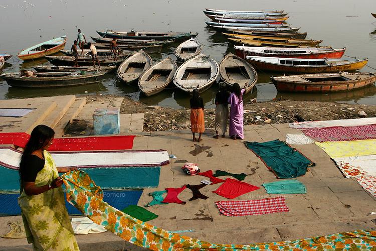 27.11.2008 Varanasi(Uttar Pradesh)<br /> <br /> Pilgrims drying saris near Ganga river.<br /> <br /> P&eacute;lerins faisant s&eacute;cher des saris pres du Gange.