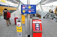 Nederland Arnhem 2015 10 31.  Het nieuwe Centraal Station in Arnhem.  OV chip paaltjes  van de NS en Arriva.  Foto Berlinda van Dam / Hollandse Hoogte